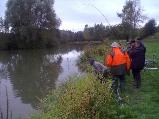 Le 14 octobre, BERNARD pêche tranquillement la truite.