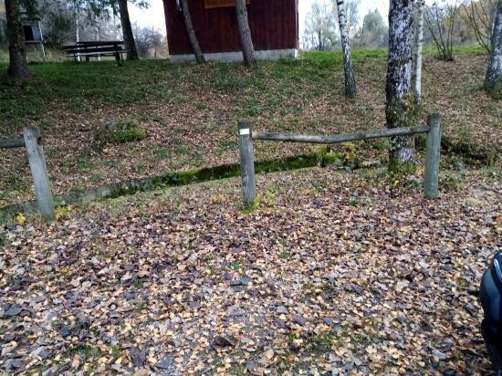 barrière cassée à plusieurs endroits.